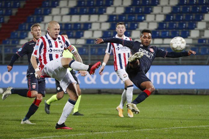 Danilo is eerder bij de bal dan Holmén nadat Danilo een penalty mist. Hierdoor wordt het alsnog 0-3.