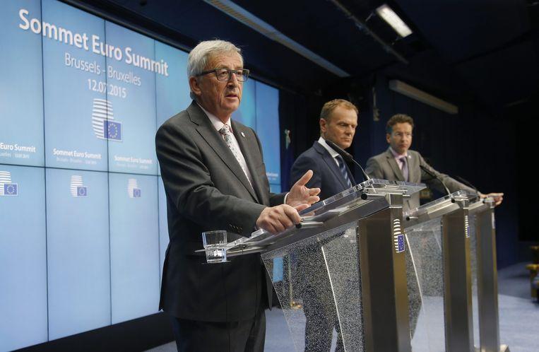 Europees Commissievoorzitter Jean-Claude Juncke (links), Europees president Donald Tusk (midden) en de voorzitter van de Eurogroep Jeroen Dijsselbloem (rechts) tijdens de persconferentie. Beeld EPA