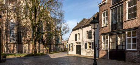 Past een hoop blik beter op het Sint-Janskerkhof dan een terrasje?