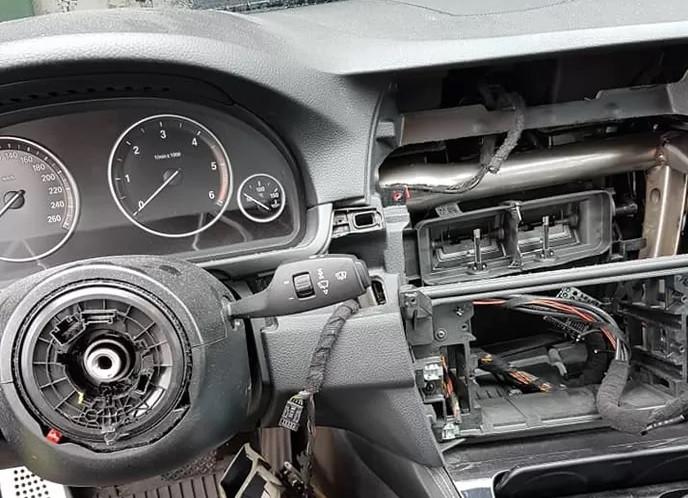 En weg is je autonavigatie en je stuur: de eigenaars van een BMW in Dommelen wisten niet wat ze op donderdagochtend overkwam.