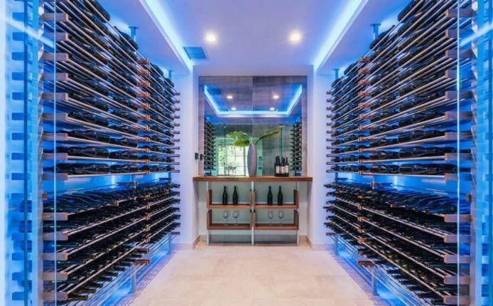La villa dispose d'une impressionnante cave à vin.