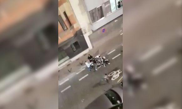 Op sociale media circuleren beelden van de vechtpartij.
