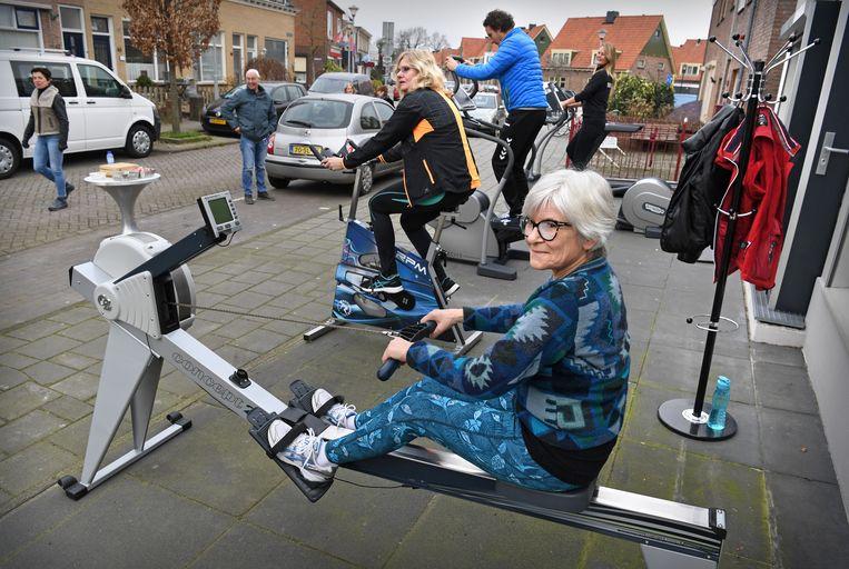 Sportschool Fitness Voigt B.V. voerde afgelopen zaterdag actie door buiten voor de sportschool te gaan sporten. Beeld Marcel van den Bergh / de Volkskrant