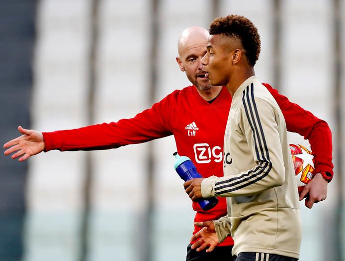 Erik ten Hag geeft instructies aan David Neres, vorige week in Amsterdam de maker van de belangrijke 1-1.