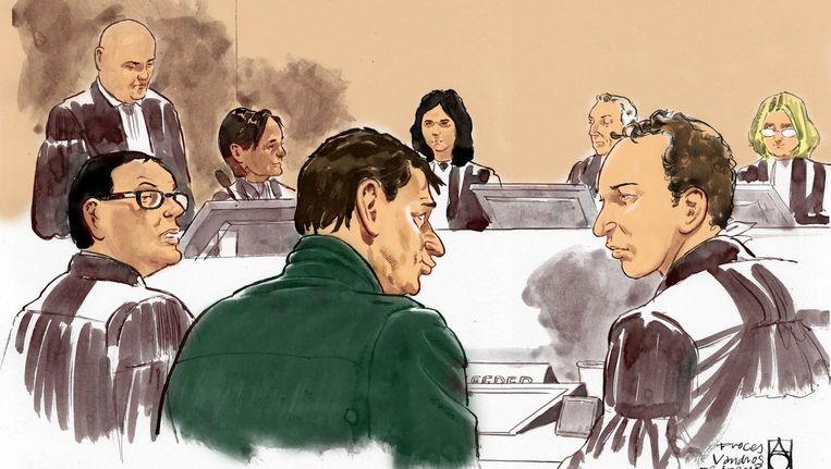 Rechtbanktekening (voor) advocaat Robert Malewicz, Willem Holleeder en advocaat Sander Janssen in de speciaal beveiligde rechtbank waar de rechtszaak tegen Willem Holleeder plaatsvindt. Beeld anp