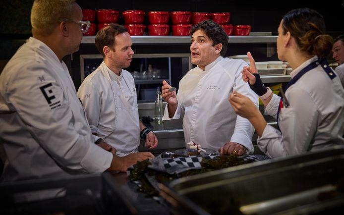 Driesterrenchef Mauro Colagreco in overleg met het keukenteam van François Geurds.