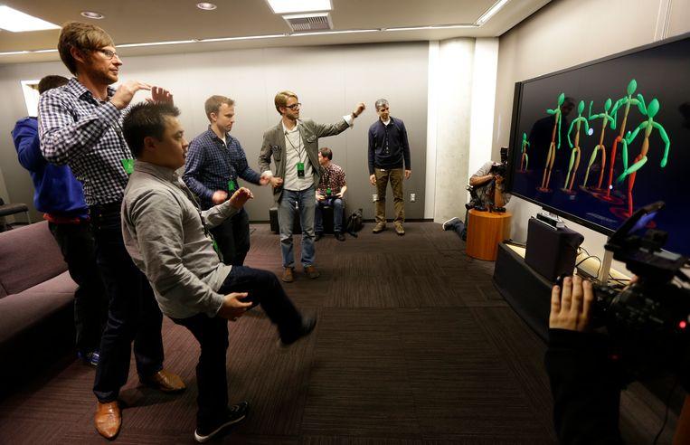 Journalisten proberen de nieuwe Kinect uit. Beeld AP