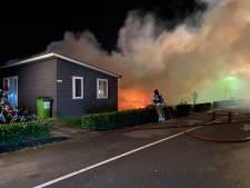 Meerdere huisjes op migrantenpark in Zeewolde gaan in vlammen op