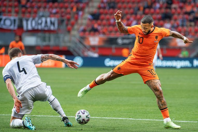 Memphis Depay, hier in duel met Guran Kashia, scoorde zelf uit een penalty en was betrokken bij de andere twee doelpunten. Beeld Guus Dubbelman / de Volkskrant