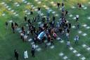 Diego Armando Maradona werd door naasten naar zijn graf gedragen.