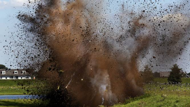 EOD laat munitie uit de Tweede Wereldoorlog ontploffen in weiland bij buurtschap Peerenboom
