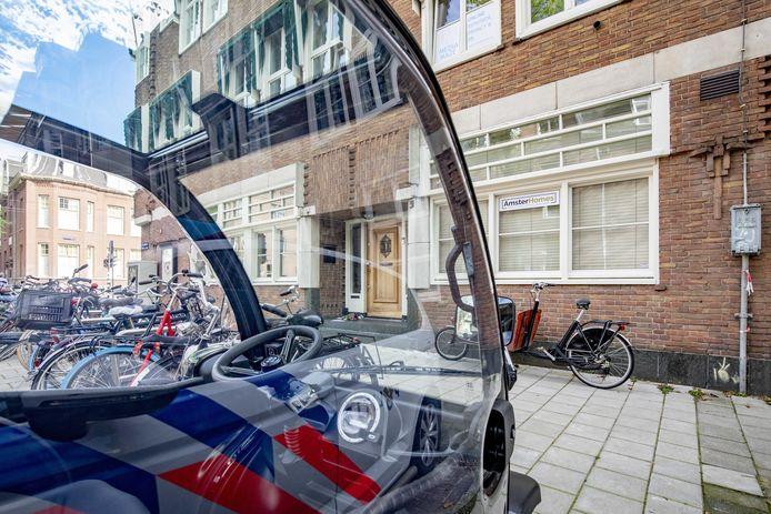 Politie bij het kantoor van de doodgeschoten advocaat Derk Wiersum.