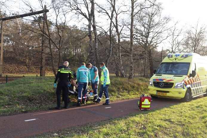 Twee mannen zijn zondagavond in Hierden gewond geraakt na een harde uitglijder met hun scooter