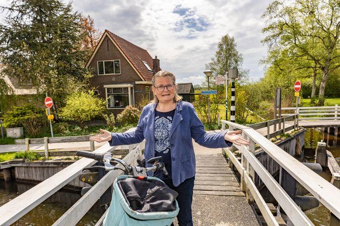 Britta Strijdveen is tegen het eenrichtingsverkeer op de fietspaden in de gemeente Steenwijkerland. Het leidt tot omrijden en veel verwarring. In Kalenberg mogen fietsers vanaf het Kalenbergerpad na het brugje niet links- of rechtsaf.