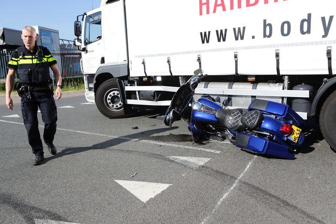 Bij een ongeval op de Newtonweg in Gorinchem ging een motorrijder onderuit.