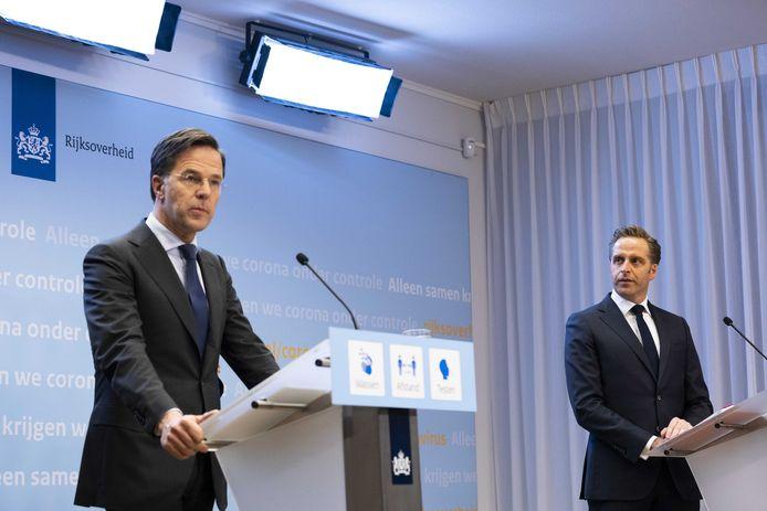 Nederlands premier Mark Rutte en minister van Volksgezondheid Hugo de Jonge op de persconferentie vanavond.