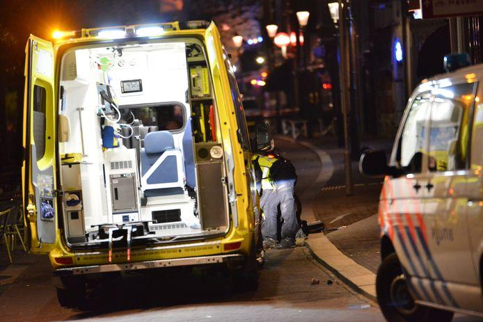 Hulpdiensten aan de Tolbrugstraat in Breda, waar in de nacht van vrijdag op zaterdag iemand werd neergestoken.