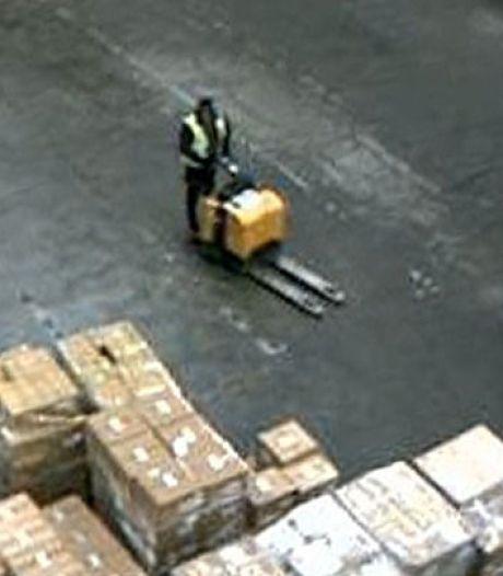 Brutale dieven laden voor drie miljoen euro aan elektronica in vrachtauto uit loods Schiphol