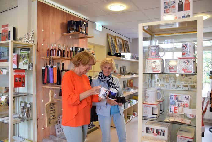 Vrijwilliger Ria Mol en bezoeker Riet van Breugel bewonderen de souvenirs in de Etten-Leur City Shop.