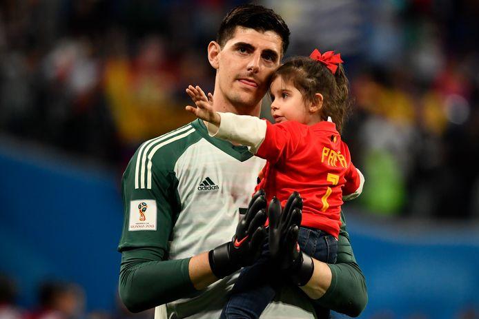 Thibaut Courtois met zijn dochtertje na de 1-0 nederlaag tegen Frankrijk in de halve finale.