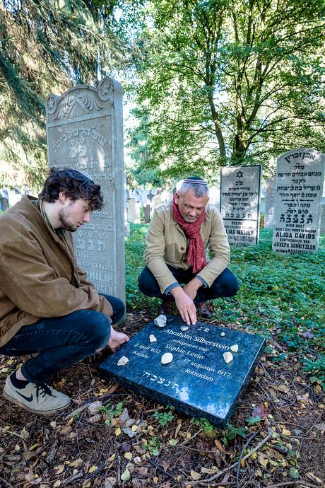 Alsnog steen bij honderd jaar oud graf