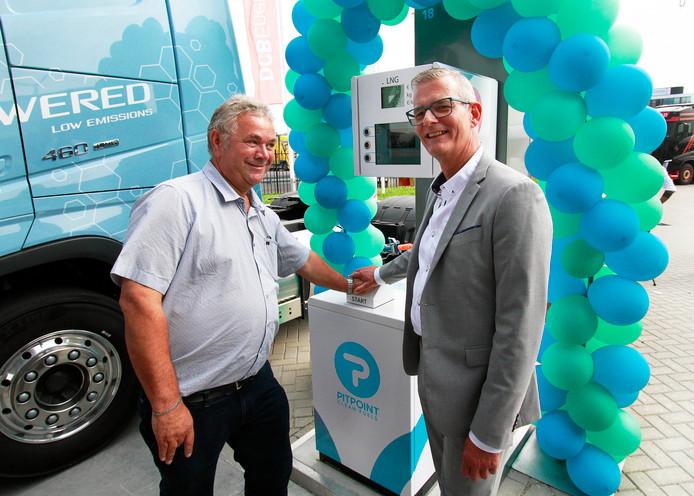 Gert van Overveld van het gelijknamige transportbedrijf en wethouder René van Ginderen openen het eerste LNG-tankpunt in Roosendaal. foto : Gerard van Offeren/Pix4Profs