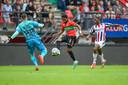 NEC-aanvaller Jonathan Okita schiet, doelman Brondeel redt met de arm, buiten de zestien: direct rood.