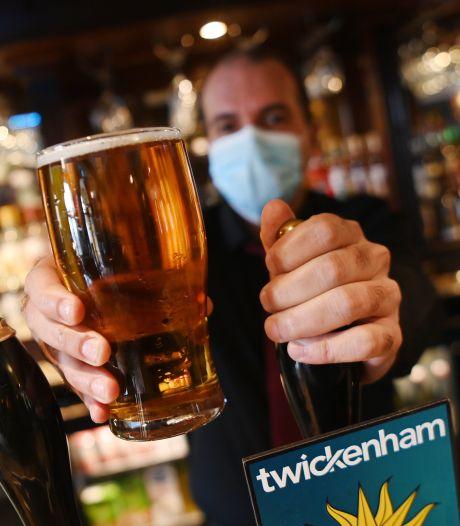 Les Anglais retrouvent les coiffeurs et les verres en terrasse après un hiver confiné