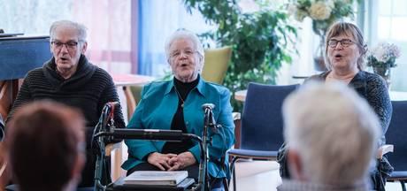 Ouderenkoor vertolkt Hollandse meezingers bij theaterstuk