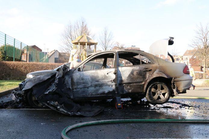 De Mercedes ging  volledig in vlammen op.