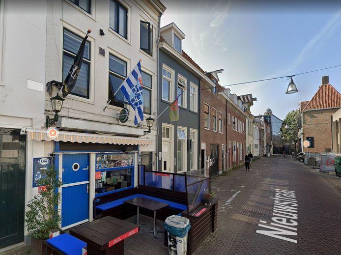 Aart K. en Delano W. probeerden de PEC-vlag bij café Lucky in Zwolle te stelen. Daarna zouden ze vernielingen hebben aangebracht, stelt de politierechter.