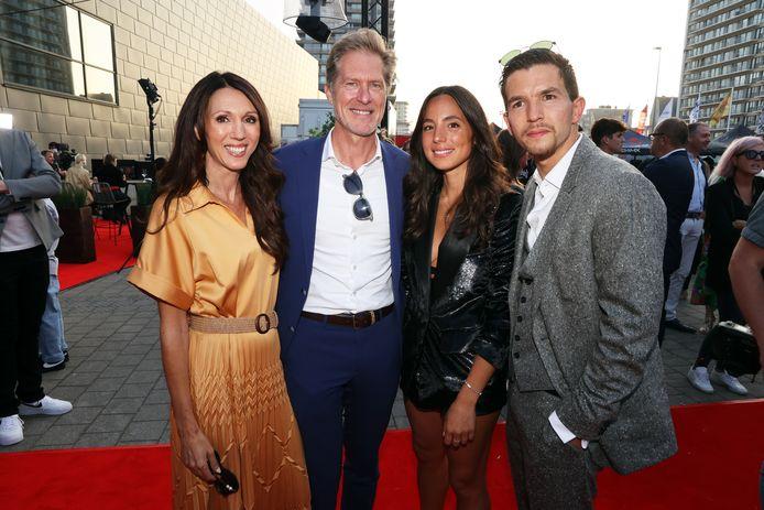 Sandra Bekkari en haar partner Peter Craeymeersch, de bezieler van Filmfestival  Oostende. Zij poseerden met hoofdrolspeler Matteo Simoni en zijn eega, ontwerpster Loredana Falone.