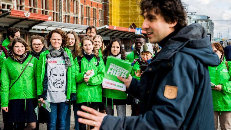 Flyeren op station Amsterdam Centraal voor de gemeenteraadsverkiezingen, met op de voorgrond GroenLinks-leider Jesse Klaver. Beeld anp