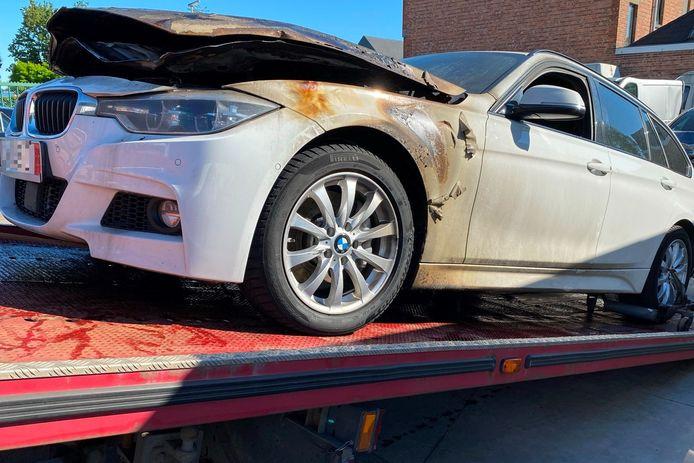 Het motorcompartiment van de BMW 3 brandde volledig uit.