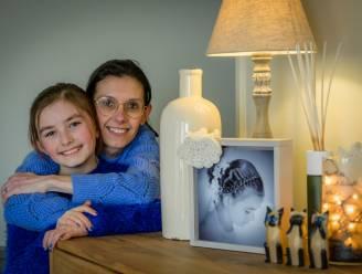 """Debbie (41), die al 25 jaar kampt met anorexia en man verloor aan zelfmoord, schrijft levensverhaal neer voor dochter: """"Emma is mijn briljant. Ze is de belangrijkste persoon in mijn leven"""""""