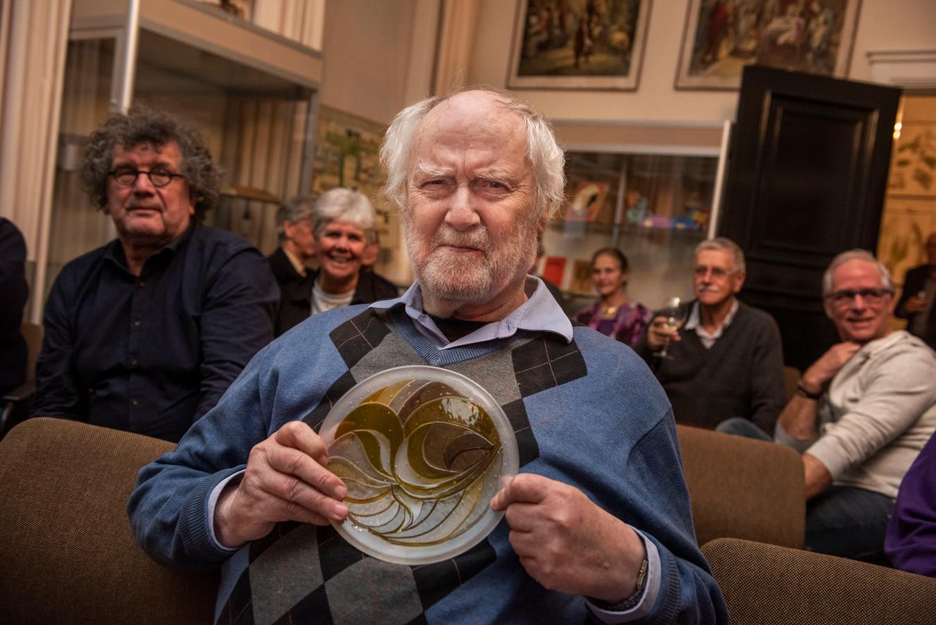 Twee winnaars, Henk Groenhuis, kunstenaar, beeldhouwer, corsowagen ontwerper en bekend van het Corsomeisje. (Tweede winnaar cultureel centrum De Weeghreyse. Uitreiking door wethouder Twan Zopfi.)