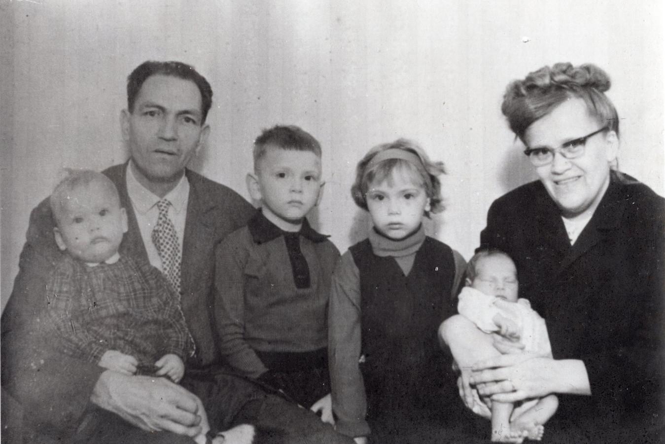 Hermanus en Wilhelmina Callaars met hun vier kinderen in 1967. De moeder en haar vier kinderen overleden op 1 juli 1971 bij een brand in de Bernhardstraat in Veghel.