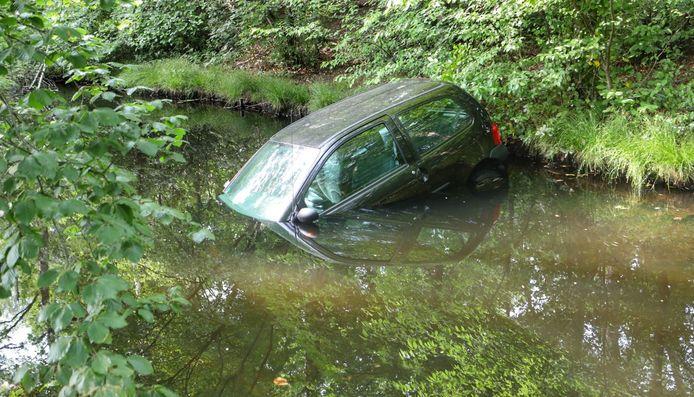 Een auto belandt in Zeist in een sloot.