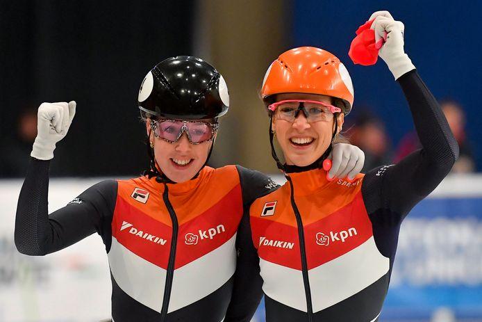 Suzanne Schulting (rechts) met Lara van Ruijven na het EK 2020