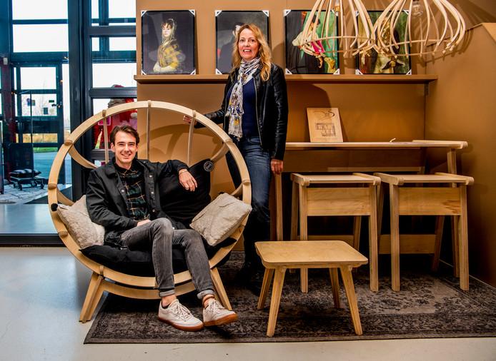 Anneke Tielen en haar zoon Deveron uit Linschoten bij meubels van hun bedrijf Design It Social in Bodegraven.