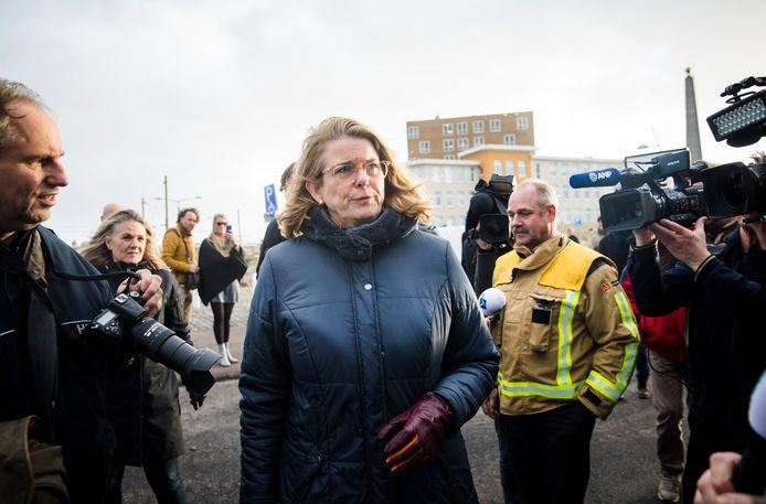 De Haagse burgemeester Pauline Krikke in Scheveningen op nieuwjaarsdag vorig jaar, de dag nadat vreugdevuren op het strand grote schade veroorzaakten.