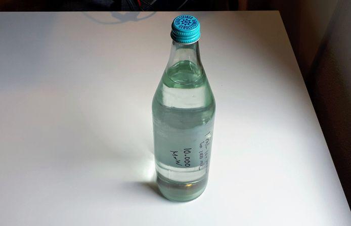 Tijdens de opnames van de podcast nam één van de gasten een fles Enka-grondwater mee. De grote vraag: wie durft er een slok te nemen?