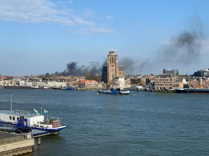 De rook van de brand in de Wijnhaven in Dordrecht was in wijde omtrek te zien.