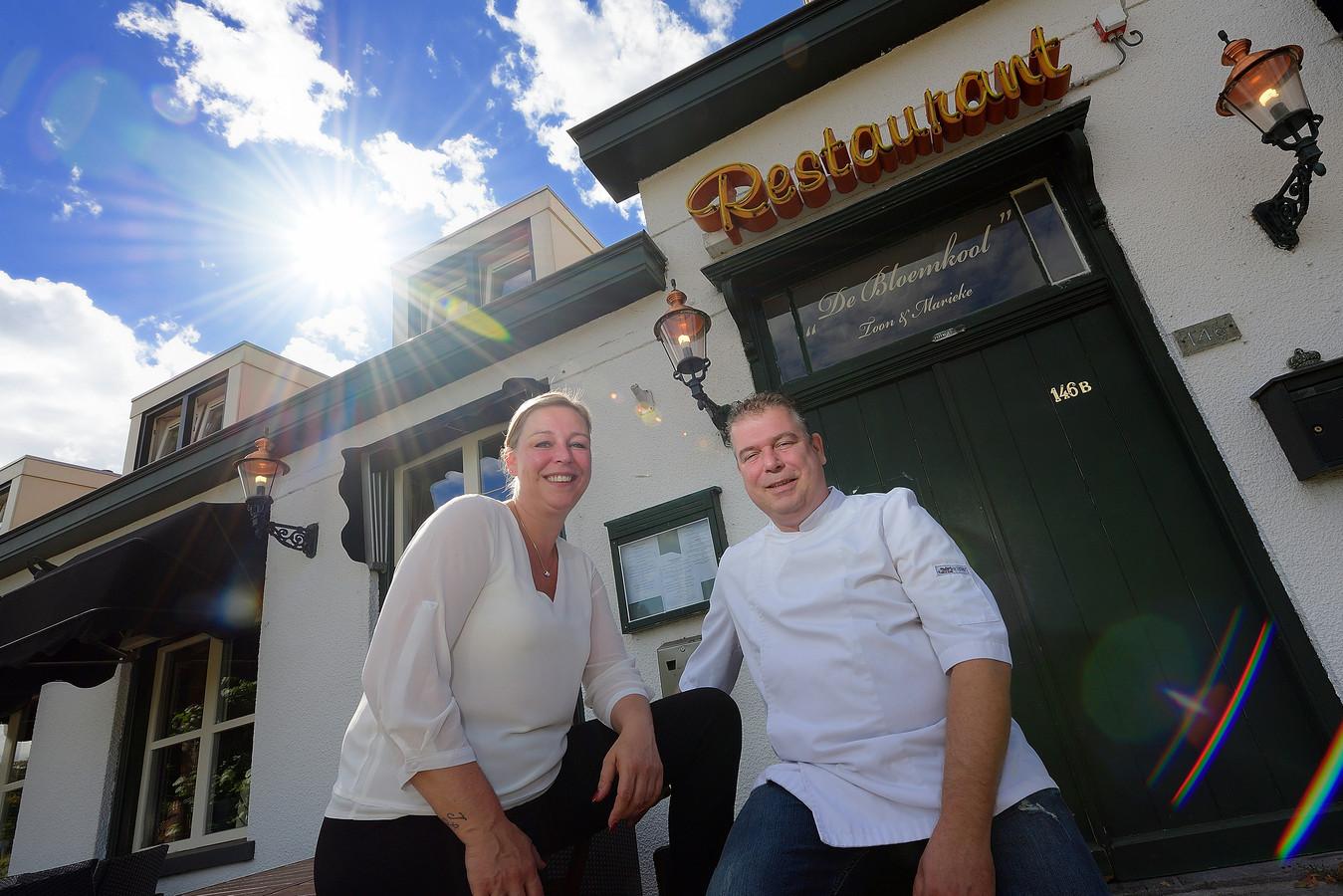 Toon Bosters met zijn zus Marieke voor restaurant De Bloemkool.