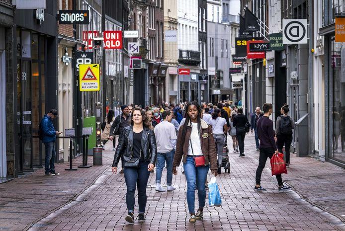 Winkelend publiek in de Amsterdamse Kalverstraat. Amsterdamse bedrijven maakten het meeste gebruik van de corona-steunregelingen.