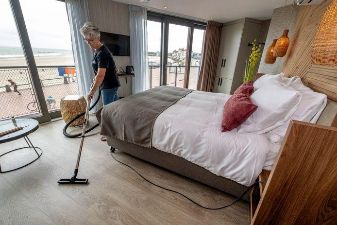 Hoofd huishouding Wanda Hollander stofzuigt suite 9, de kamer met volgens gast Ad Anthonissen 'waarschijnlijk het mooiste uitzicht' van Boulevard 17.