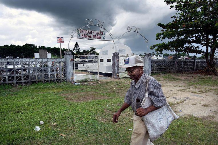 De begraafplaats Sarwa Oeday, met achter de ingang het collectieve graf van slachtoffers van de Decembermoorden, onder wie Jiwan Sheombar. Beeld Foto Guus Dubbelman/de Volkskrant
