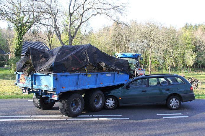 Een automobiliste belandde bij een botsing op de Paasloërweg onder de aanhanger van een tractor.