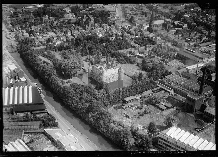 Het Helmondse kasteelpark in het interbellum, de periode tussen de Eerste en Tweede Wereldoorlog. Pal ten noorden van het kasteel is de Heilig Hartkerk aan de Veestraat te zien. Deze kerk werd in 1957 gesloopt. Tussen het kasteel en de Heilig Hartkerk bevindt zich - verscholen tussen de bomen - de toenmalige ambtswoning van de burgemeester. Ook NSB-burgemeester Harmen Maas woonde hier (adres: Smalle Haven 1). Zijn werkkamer was in het kasteel.