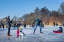 Kilometervreters, beginnende schaatsers en ijshockeyende jeugd komen samen op het Wijchens Meer.